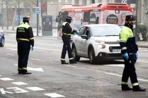 Policia municipal imponiendo una sancion por incumplimiento de las órdenes en el estado de alarma